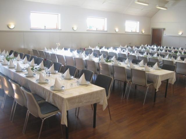 Lange borde i store sal